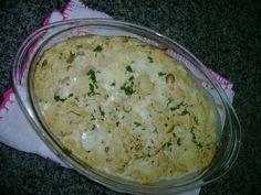 6 batatas médias  - 250 g de queijo mussarela  - 1 pote de requeijão  - 2 caixinhas de creme de leite  - 1 pacote de peito desfiado  - 1 cebola picada  - 1 pimentão amarelo e vermelho picados  - 3 dentes de alho socados  - Azeitonas a gosto  - 1 colher de chá rasa de colorau  - 3 colheres de sopa de mostarda  - 3 colheres de sopa de shoyu  - 1 a 2 caldos de galinha / ou grill  - Azeite  - Parmesão ralado  -