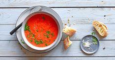 Tomaten, Peperoni, Wassermelone und Himbeeren stecken in dieser erfrischenden Gazpacho-Version. Als Vorspeise oder mit Crevettenspiessli als kleine Mahlzeit. Falafel, Sandwich Au Tofu, Valeur Nutritive, Ethnic Recipes, Grilled Shrimp Skewers, Lettuce Salads, Gazpacho, Grilling, Vegetable Stock