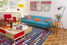 If you want to have a retro living room you have to pay attention to various things. See some of the simplest ways to create a retro living room. Retro Living Rooms, Living Room Green, My Living Room, Living Room Designs, Living Room Decor, Interior Design Games, Retro Interior Design, Home Staging, Sofa Retro