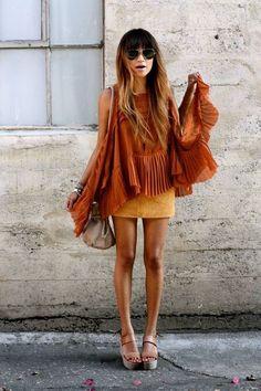 Camisa naranja y pantalon corto amarillo