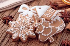 This is the perfect recipe for sugar cookie icing. Easy to make - it looks and tastes great, and will make it easy for you to decorate cookies. Includes cookie decorating tips! Icing For Gingerbread Cookies, Sugar Cookie Frosting, Holiday Cookies, Holiday Desserts, Holiday Treats, Holiday Parties, Christmas Tree Biscuits, Christmas Baking, Christmas Time