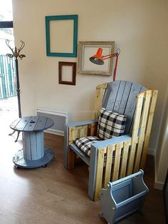 Now come to a pallet made furniture idea for an area which is empty, but a person likes to spend time there alone. Invest some time for the creation of pallet furniture and you will surely get the area setting attractive.