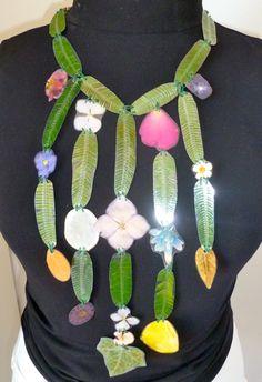 """veronica guiduzzi, collana """"capelvenere"""", fiori e foglie plastificate e cucite con cotone, bottone plastificato 2011"""