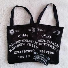 #lojavirtual #bolsatote #bolsasacola #bolsasacolas #fashiongirls #dicadepresente #presentes #presentescriativos #modaeestilo #lojadepresentes #bolsaouija #ouija #witch #witchgirl #ecobag #necessaire #dark #atacadoevarejo