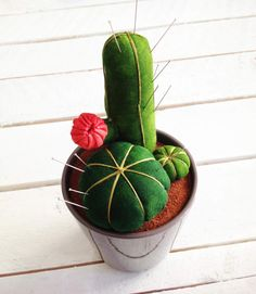Cactus pin cushion - use the base plan; can really cut out any shape cactus, sew, flip & stuff Felt Crafts, Fabric Crafts, Sewing Crafts, Diy And Crafts, Sewing Projects, Diy Couture, Diy Pins, Cactus Y Suculentas, Sewing Accessories