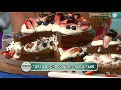 Torta de chocolate con crema y frutos rojos