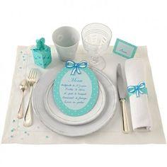 menu comme un cadre, rond de serviette avec un nœud, marque place et boîte cadeau bleu à pois blanc avec des nœuds de ruban dessinées pour un décor de table e papier