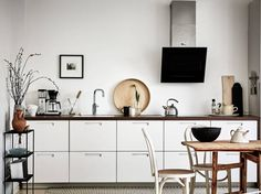 White home with warm details - via Coco Lapine Design