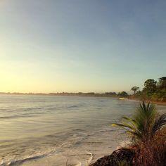 Otra hermosa mañana en Bocas.  Another gorgeous morning in Bocas. Gracias  @nathyroots507 por la foto!! #bocasdeltoro #playabrisaymar #sun&beach #amaneceresqueladerraman #sunrise_and_sunsets