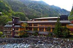 The family-run Nishiyama Onsen Keiunkan in Kyoto, Japan is a hot springs hotel that has been operated by 52 generations of descendants for over years. Hotel World, Hotel S, Guinness, Palmer House, Islands In The Pacific, Kyoto Japan, Home Pictures, Japan Travel, Japan Tourism