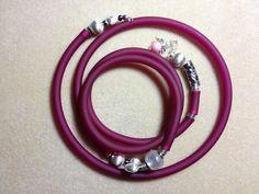 außergewöhnliche Modeschmuck-Kette mit passendem Armreif (Spirale) in Burgunderrot mit silberfarbenen Zierelementen. Passend für alle Größen.