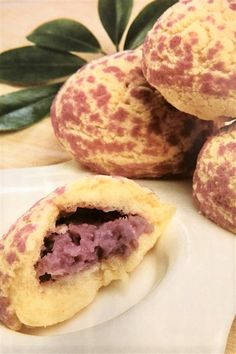 These Baked Taro Buns Have a Crispy Dough Wrapping, but a Soft and Creamy Filling Texture. With a Faint Milky Fragrance, Their Cooking Method is Very Similar to That of Pineapple Buns. The Main Distinction is in the Color of the Buns, with the Taro Giving a Pinkish-Purple Hue. Taro Recipes, Bread Recipes, Pineapple Bun, Baking Buns, Sweet Buns, Asian Desserts, Asian Recipes, French Press Coffee Maker, Kitchens