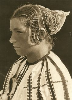Ceapsa cu coarne, Specific to western Transylvania Transylvania Romania, Folk Costume, Costumes, Fashion Now, European History, Black And White Pictures, Historical Photos, Old World, Statue