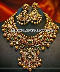 Jewelry Set Kundan Necklace with Earrings - Jewellery Designs Gold Jewellery Design, Gold Jewelry, Handmade Jewellery, Designer Jewellery, Quartz Jewelry, Jewellery Shops, Jewelry Stores, India Jewelry, Schmuck Design