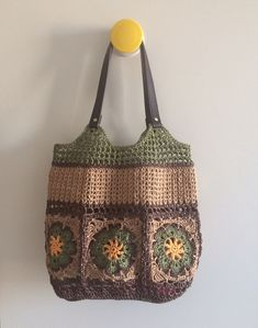 Raffia square african flower bag - no pattern - photo inspiration only This Pin was discovered by hil Crochet Wallet, Crochet Tote, Crochet Handbags, Crochet Purses, Knit Crochet, Crochet Purse Patterns, Crochet Motifs, Crochet Squares, Crochet Stitches
