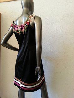 Robe noire en coton satin stretch décoré de ruban de couleur et de broderie à l'encolure