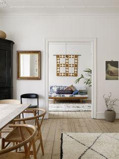 Karen Maj älskar textilier och har en mängd vackra kuddar och plädar i olika färgsättningar och texturer. Kuddar i soffan från det danska företaget Liberty.