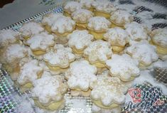 Jednoduché a rychlé. Pokud máte rádi pudinkové koláčky, toto je ten správný recept pro vás. Krém je z mléka, zlatého klasu (pokud nemáte, můžete klidně použít i obyčejný vanilkový pudink, jen uberte trochu mléka, abyste měli krém hustší), cukru a másla. Autor: Marta Muesli, Croissant, Kids And Parenting, Cauliflower, Cookies, Vegetables, Macrame, Hampers, Wedding