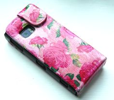 Mobile phone case cover revamped DIY style by decoupage with Decopatch paper.