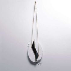 Le pendentif vertical, Marbre et finitions Plaqué à 2 microns d'or. Fabriqué à Paris, FRANCE.