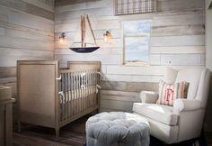 chambre bébé de style campagne chic décorée d'un lambris mural bois blanchi