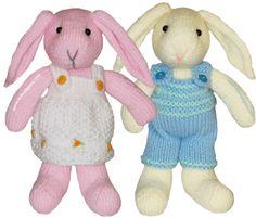 Pareja de conejitos tejidos en dos agujas o palillos.  Incluímos los tutoriales tanto del vestido como del pantalón.