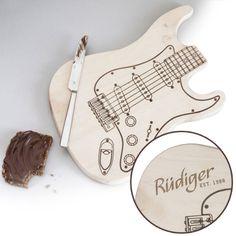 Verwandle deine Küche in ein Gitarren-Studio! Dieses Küchenbrett hilft dir dabei, das Gemüseschnibbeln ein wenig aufzupeppen ;) via: www.monsterzeug.de