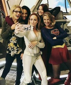 These badass women! Though Iris really annoys me now, How and why is she suddenly acting like team leader? She's a great person most of the time, but she has zero right towards leading a team where she is the least useful one. Melissa Supergirl, Supergirl Tv, Supergirl And Flash, Supergirl Season, Superhero Shows, Superhero Memes, Marvel Dc, The Flash Grant Gustin, Cw Dc