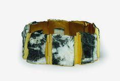 Michael Becker, Armband, 2010. Gold 750, Dolomit /// Vergessene Steine - Schmuckkunstausstellung in der Galerie Eva Maisch Schmuck  18.04.2015—23.05.2015