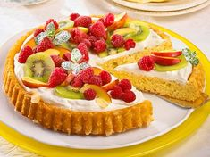 Unser beliebtes Rezept für Obstkuchen mit Quarksahne und mehr als 55.000 weitere kostenlose Rezepte auf LECKER.de. German Cake, Sweet Cooking, Honey Glaze, Fruit Tart, Dessert Recipes, Desserts, Key Lime, Let Them Eat Cake, Panna Cotta
