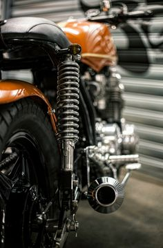 A garage for special motorcycles and cafe racers Cb400 Cafe Racer, Cafe Racers, Custom Trikes, Custom Cars, Honda Motorcycles, Custom Motorcycles, Cb750 Honda, Cb650, Bmw 328