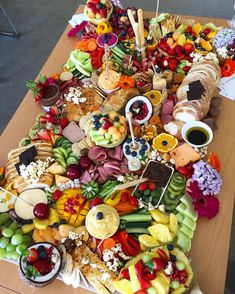 Saturday grazing table perfection! We are drooling over this ginormous spread by @platterandgraze (christmas appetizers)