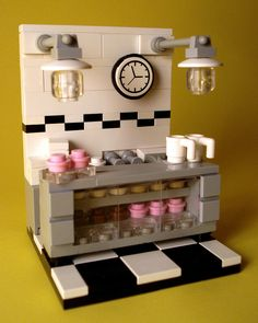 Bakery Vignette I like: - the shelving and clear front - the lamps #lego #moc #ideas
