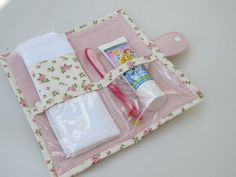 Toalha macia com barrado compõe a … Hygiene kit in floral cotton fabric. Soft towel with barred make up the piece. Fabric Crafts, Sewing Crafts, Sewing Projects, Patchwork Kitchen, Bijoux Fil Aluminium, Soft Towels, Baby Boy Blankets, Sewing Notions, Sewing Tutorials