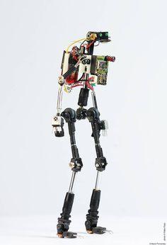 Marco Fernandes est un artiste qui réalise de magnifiques sculptures de robots avec des pièces recyclées en provenance de divers appareils électroniques. Voici quelques photos pour découvrir ces oeuvres d'arts numériques. Et voici une vidéo nous …