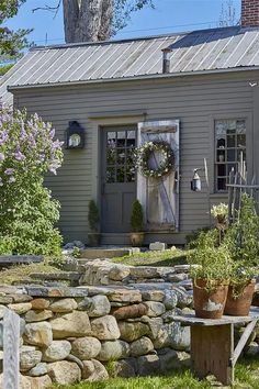 Garden For Beginners .Garden For Beginners Primitive Homes, Primitive Bedroom, Primitive Antiques, Primitive Country, Grey Houses, Old Houses, Colonial House Exteriors, Saltbox Houses, New England Homes