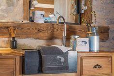 Serviette éponge montagne : La serviette éponge Ours Blanc et Ours Gris de chez Vagabonde, deco montagne, est confectionnée dans une belle éponge douce et moelleuse (500gr/m²). La Serviette éponge montagne est brodée de maman Ours et de ses petits, elle trouvera tout naturellement sa place dans votre salle de bain, le tout dans un esprit déco chalet très cosy...  Dimensions: 30x50cm, 50x100cm et 70x140cm  Crédit photos: S. Rivière