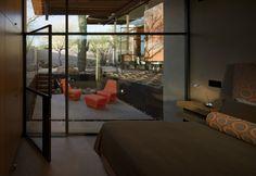 Os tons terrosos e avermelhados do deserto do Arizona escondem paisagens estonteantes e incríveis belezas a serem descobertas, como a Brown Residence, uma casa de aço e vidro idealizada pelo estúdi…