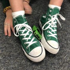 Lace up sneakers / sneaker obsession / converse style / green converse / old school sneakers / fall colors Converse All Star, Mode Converse, Converse Chuck Taylor All Star, Chuck Taylor Sneakers, Dark Green Converse, Colored Converse, Converse Style, Converse Shoes Outfit, Knee High Converse