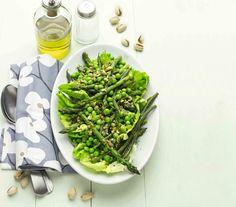 Insalata tiepida con piselli e ortaggi al pesto di pistacchi