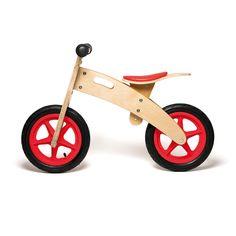 """Avec cette draisienne en bois, l'enfant se familiarise avec """"un 2 roues"""", avant de passer au vélo. Il commence en toute confiance avec les deux pieds posés par terre. Progressivement, et surtout à son rythme, il avance comme s'il marchait, puis de plus en plus vite, comme s'il courait. Son équilibre se développe, et sa confiance en lui aussi. La selle se règle sur 3 niveaux pour une utilisation pendant plusieurs années."""