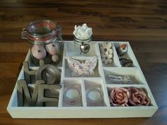 Letterbak pasen Tray Decor, Easter Crafts, Flower Arrangements, Centerpieces, Decorative Trays, Candles, Crafty, Spring, Sweet