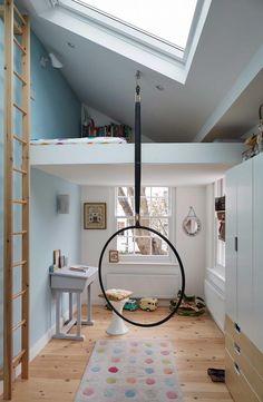 chambre enfant moderne lucarne lit mezzanine tapis pois #baby #kids #bedroom