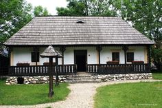 Casa traditionala cu prispa - romanian traditional house from Transylvania region Tiny Houses, Old Houses, Vernacular Architecture, Traditional House, Romania, Countryside, Beautiful Homes, Gazebo, Dan