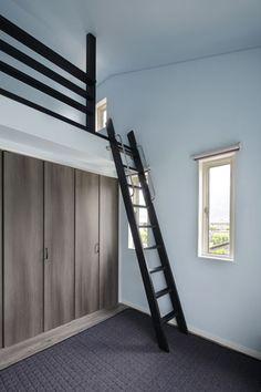 クローゼットを利用して、ベッドはロフトに。 Dorm Room Designs, Small Bedroom Designs, Small Room Design, Home Room Design, House Design, Room Ideas Bedroom, Small Room Bedroom, Bedroom Loft, Dream Bedroom