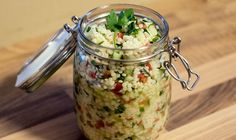 Leckerer Couscous-Salat mit einem erfrischendem Zitronendressing – perfekt für die heißen Tage! Als Couscous-Art wurde der griechische Couscous genommen, der stark an den Israelischen erinnert. Für dieses Rezept ist es allerdings egal, welche Sorte man nimmt.