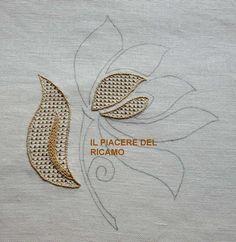 Adım adım resimlerle çekme ajur nasıl yapılır bahsedeceğiz. Güzel bir örnek. Benzer modellerin nasıl yapıldığını daha önce resimli olarak anlatmıştık. Ben Crewel Embroidery Kits, Blackwork Embroidery, Gold Embroidery, Embroidery Fashion, Hand Embroidery Patterns, Cross Stitch Embroidery, Machine Embroidery, Embroidery Designs, Embroidered Bedding