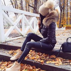 """Puffy Jacket // Skinny Leather Pants // Cremefarbene Sneakers Puffy Jacket // Skinny Leather Pants // Cremefarbene Turnschuhe Source by """"pinner"""": {""""username"""": """"first_name"""": """"Bohem Stil"""", """"domain_url"""": """"bohemstil.ga"""", """"is_default_image"""":. Winter Outfits Women, Winter Fashion Outfits, Winter Dresses, Look Fashion, Fall Outfits, Autumn Fashion, Winter Clothes, Fashion Details, Fashion Boots"""
