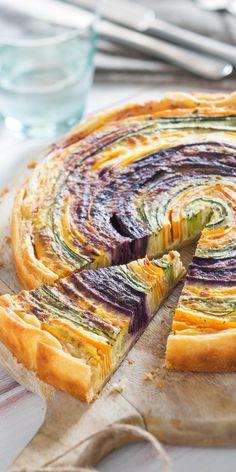Deine Freunde werden Augen machen, wenn du bei nächster Gelegenheit diese bunte Gemüsespirale servierst! Viel frisches Gemüse und knuspriger Blätterteig überzeugen bestimmt auch die Fleischesser unter ihnen. Hier geht's zum Rezept.