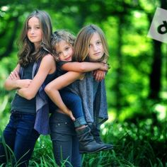 Love the piggy-back pose, too cute. Tips on nailing sharp images with an extremely shallow depth of field by Audrey Woolard Sister Photography, Love Photography, Children Photography, Older Sibling Photography, Sibling Photos, Sibling Photo Shoots, Sharp Photo, Photo Portrait, Photo Tips